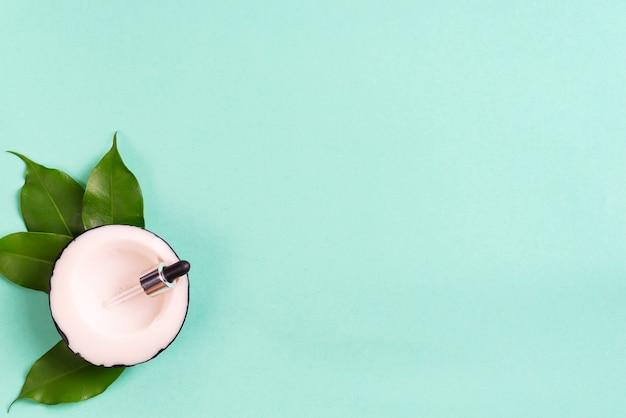 Savon artisanal en noix de coco avec des feuilles sur le vert. concept maison sain
