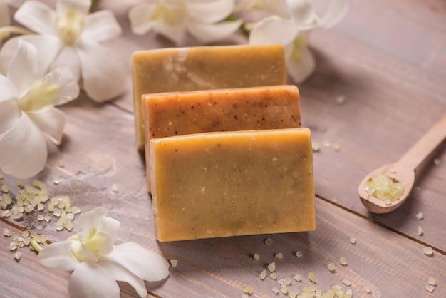 Savon artisanal à l'orchidée blanche. produits de spa.