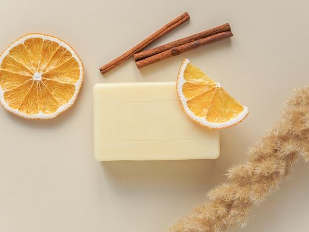 Savon artisanal, plantes séchées et tranches d'orange