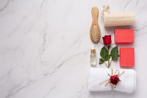 Savon artisanal rose sur fond de marbre