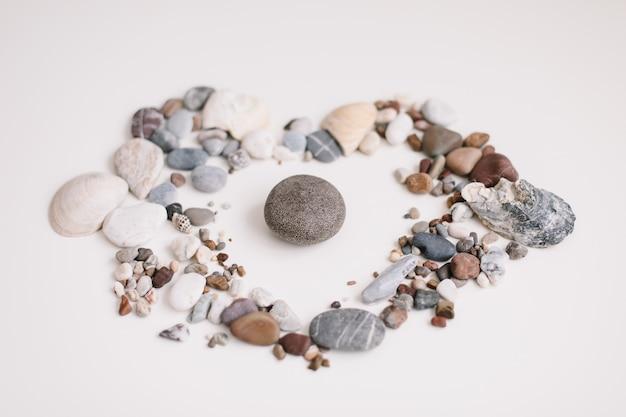 Savon aux coquillages et pierres sur fond blanc