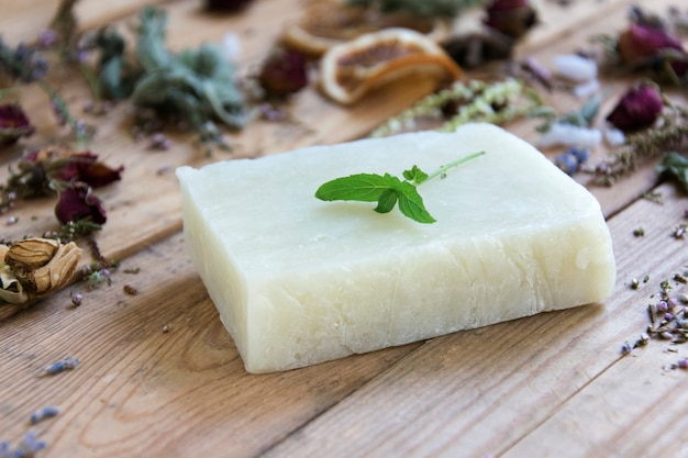 Savon de bain naturel sur table en bois vintage. fabrication de savon. spa, soins de la peau.