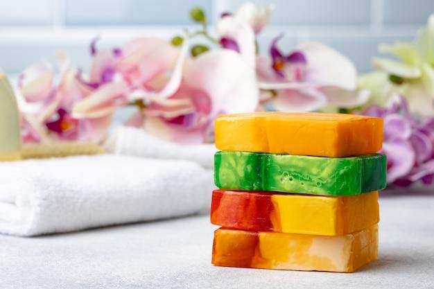 Savon bio naturel fait à la main sur la table. produits de spa.