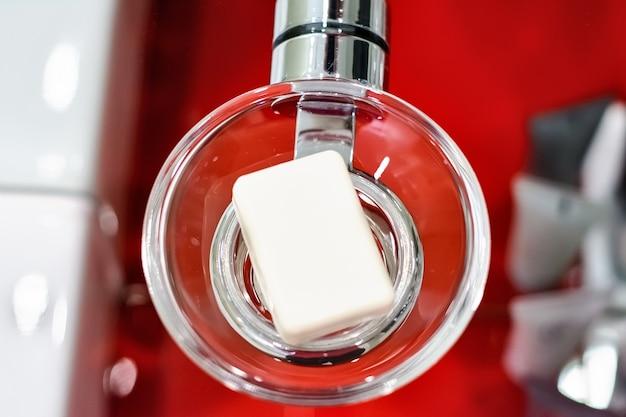 Savon blanc dans un porte-savon