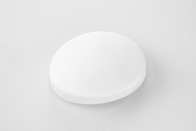 Savon blanc sur surface blanche