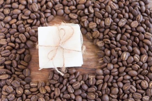Savon de café sur fond en bois