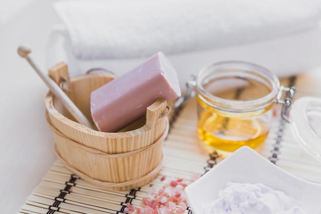 Savon et crème près d'huile essentielle
