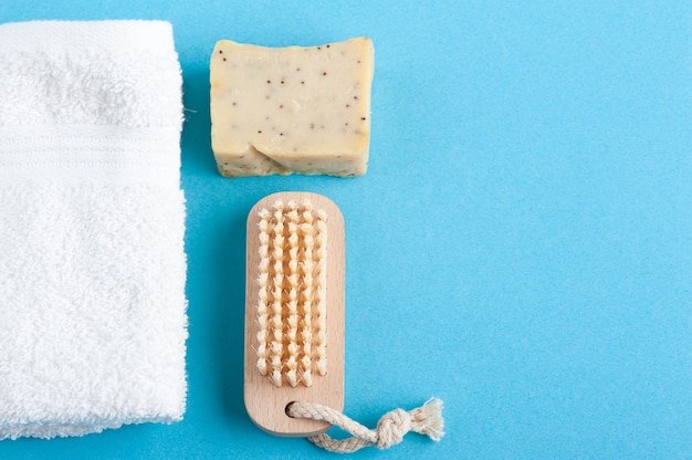 Savon écologique, serviette blanche et brosse en bois