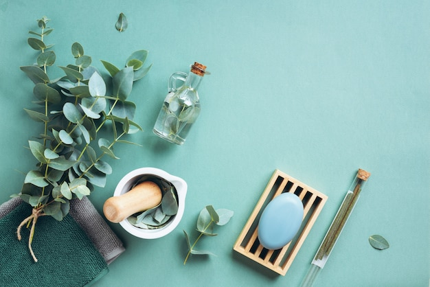 Savon, eucalyptus, serviettes, brosse de massage, sel, huile aromatique
