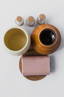 Savon et huiles essentielles près des vases
