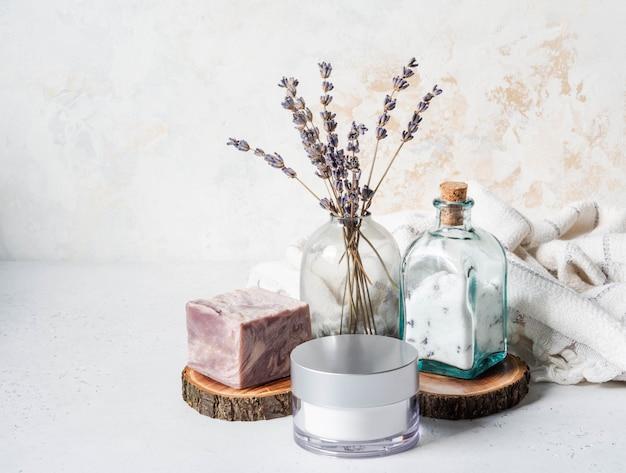 Savon à la lavande, crème pour le visage, sel aromatisé et bouquet de lavande sèche