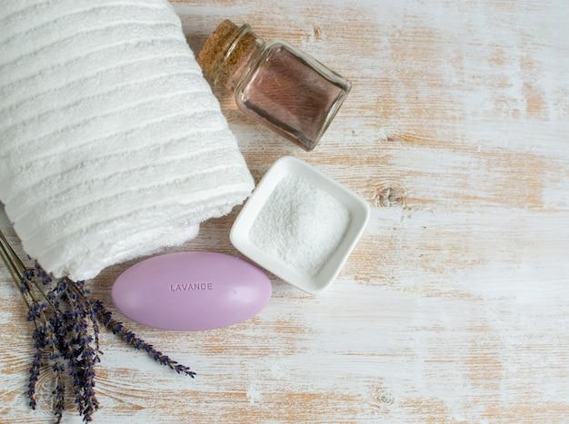 Savon à la lavande avec texte ingrédients naturels de lavande pour l'huile de gommage au sel pour le corps fait maison concept de beauté