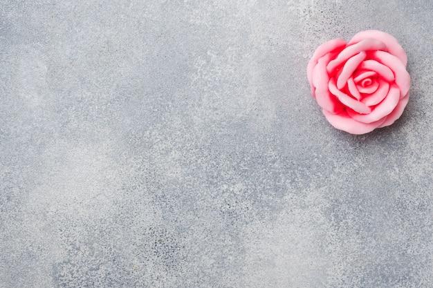 Savon à la main à la rose, cosmétique concept spa et propreté