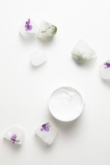 Savon naturel et crème sur fond blanc