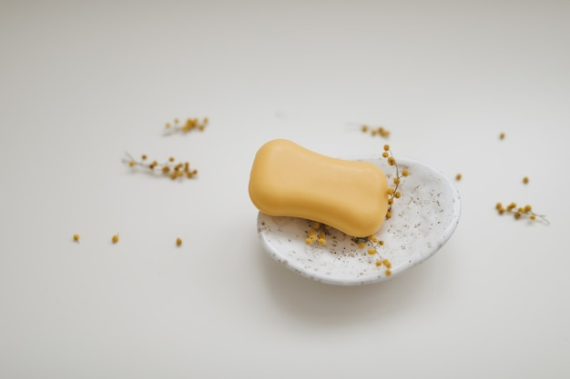 Savon naturel fait à la main sur floral blanc. fabrication de savon. barres de savon. spa, soins de la peau. produits cosmétiques naturels de spa bio sur tableau blanc d'en haut.