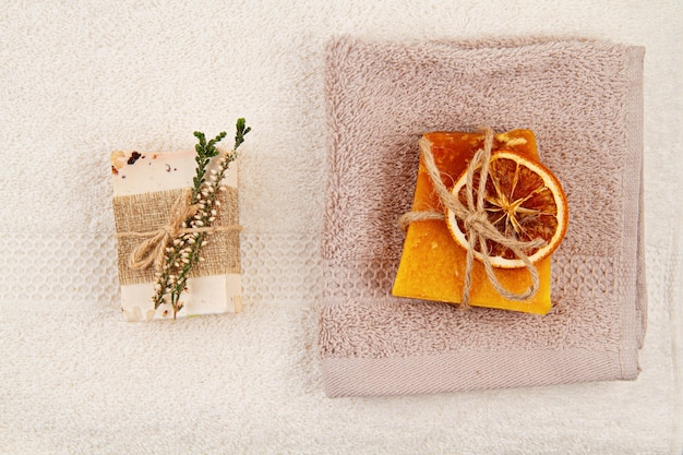 Savon naturel fait à la main, shampoing sec et accessoires de salle de bain, spa écologique, concept de soins de beauté. petite entreprise, idée de magasinage éthique