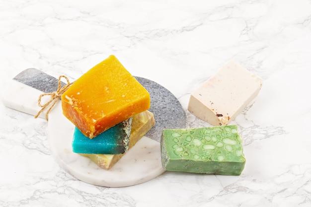 Savon naturel fait à la main, spa respectueux de l'environnement, concept de soins de beauté. . barres de savon et de shampooing sec emballées dans du plastique sans