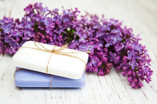 Savon naturel et fleurs lilas