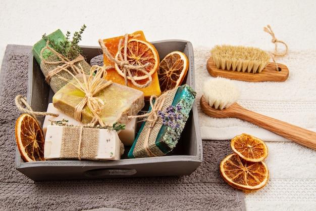 Savon naturel et shampoing sec faits à la main, spa respectueux de l'environnement, concept de soins de beauté. petite entreprise, idée de magasinage éthique