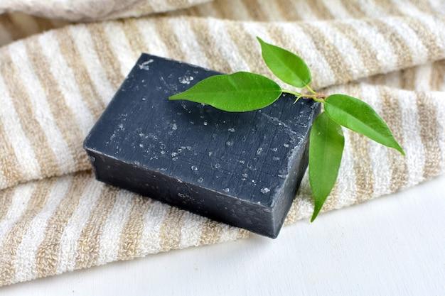 Savon noir de désintoxication avec charbon actif, produit biologique, fait à la main, zéro déchet.