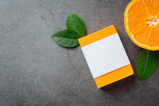 Savon orange à l'orange fraîche sur fond sombre