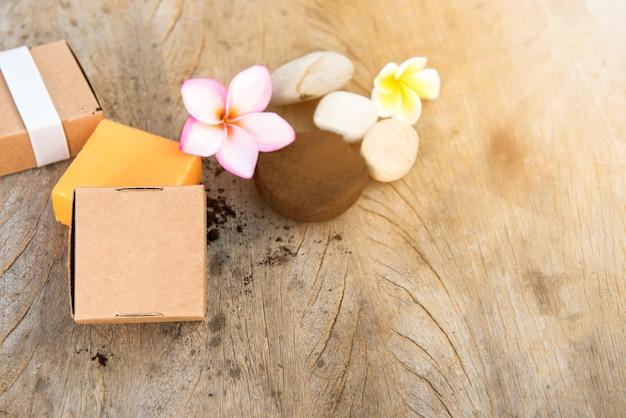 Savon de spa et poudre de café pour les éraflures de la peau et la fleur de pluemeria