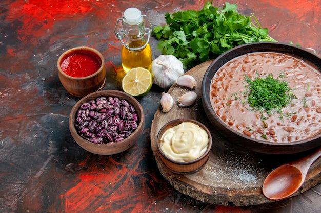 Savon tomate classique haricots ail cuillère sur planche à découper bouteille d'huile ketchup au citron et mayonnaise