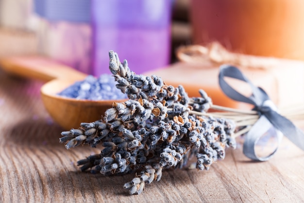 Savon de traitement de lavande et sel de mer sur la table en bois