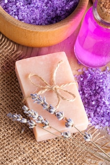 Savon de traitement à la lavande et sel de mer sur table en bois