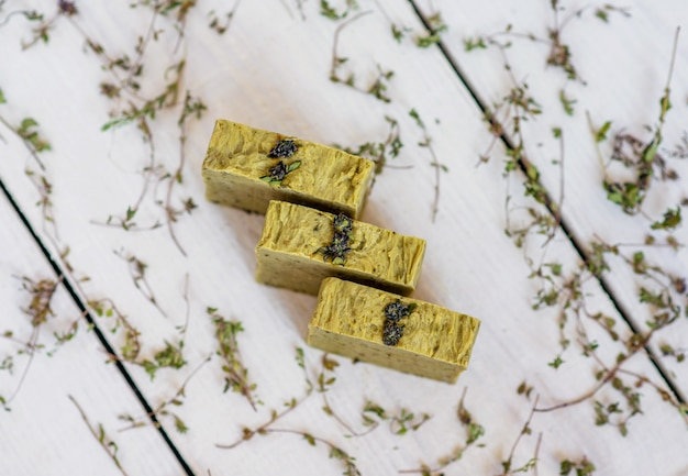 Savons artisanaux sur planche de bois rustique. concept de spa