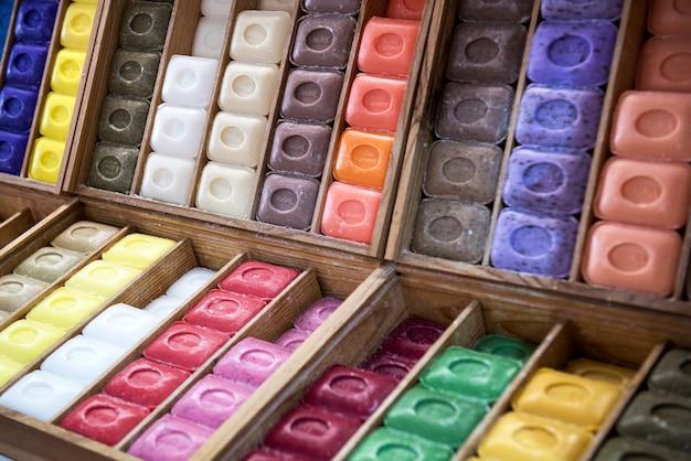 Savons de marseille colorés disposés en boîtes