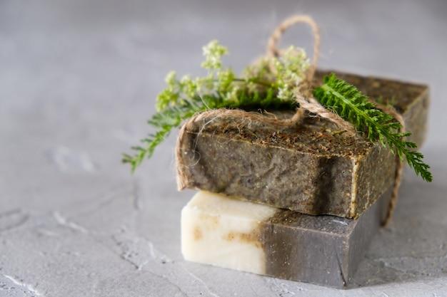 Savons naturels faits à la main avec des fleurs et des herbes séchées, savon bio spa