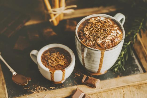 Savoureuse boisson au chocolat chaud dans des tasses