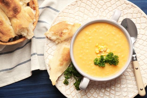Savoureuse bouillie de semoule de maïs avec du pain et du persil sur la table de cuisine
