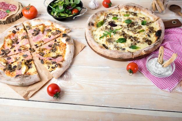 Savoureuse collation italienne avec des tomates et des bâtons de pain sur un panneau en bois
