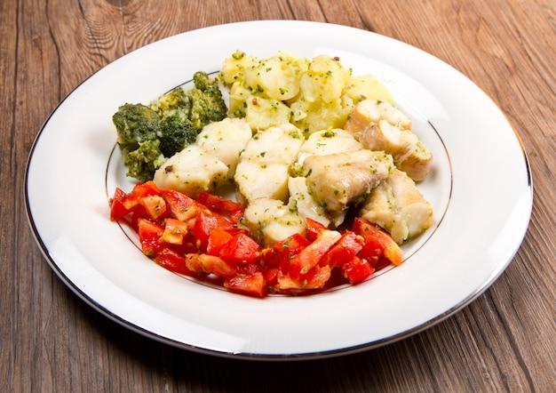 Savoureuse lotte en bonne santé avec des légumes