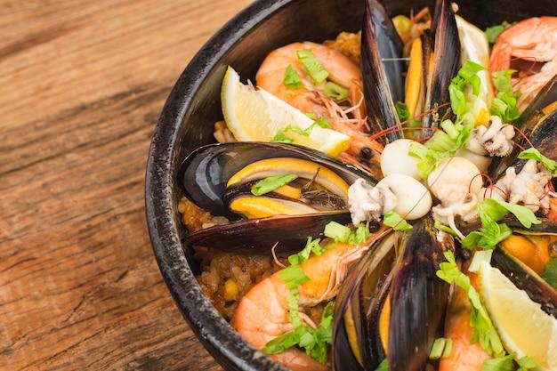 Savoureuse paella espagnole aux fruits de mer.