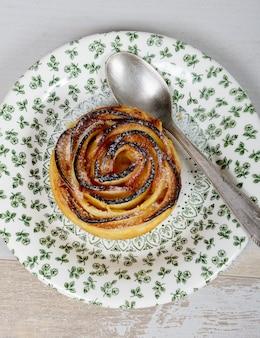 Savoureuse pâte feuilletée avec des roses en forme de pomme avec du sucre en poudre