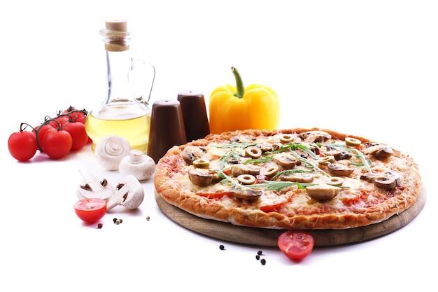 Savoureuse pizza aux légumes et roquette sur blanc