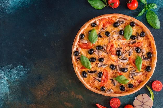 Savoureuse pizza chaude et fraîche dans le noir