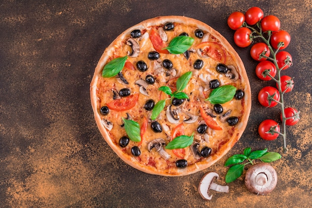 Savoureuse pizza chaude et fraîche sur un fond sombre