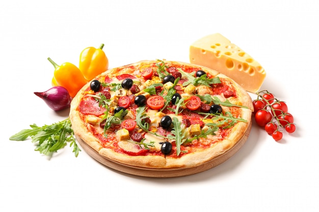 Savoureuse pizza et ingrédients isolés sur fond blanc