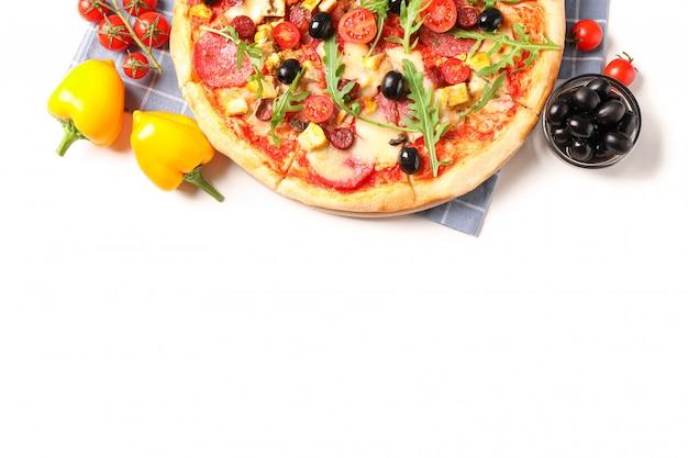 Savoureuse pizza, ingrédients et serviette isolé sur fond blanc