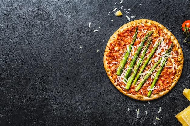 Savoureuse pizza italienne à la sauce tomate et au parmesan