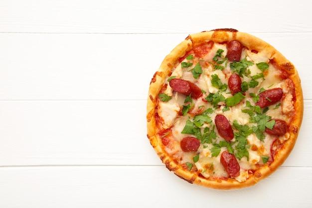 Savoureuse pizza italienne sur une table en bois