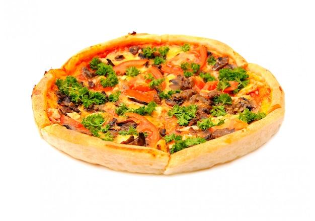 Savoureuse pizza végétalienne sur fond blanc