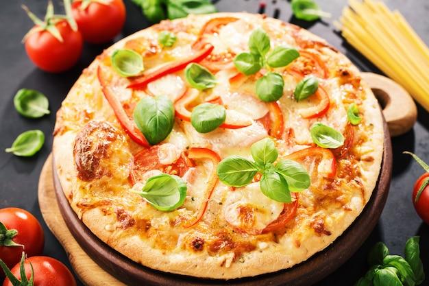 Savoureuse pizza végétarienne sur fond sombre