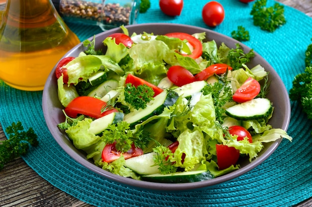 Savoureuse salade diététique de vitamines avec concombres frais, tomates, légumes verts. salade de légumes bio.