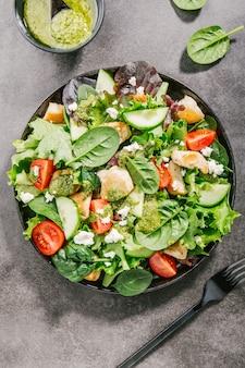 Savoureuse salade fraîche au poulet, au pesto et aux légumes