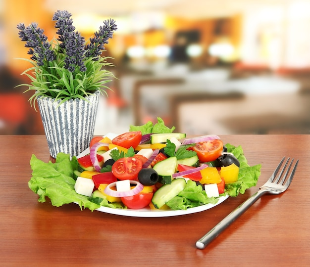 Savoureuse salade grecque sur table au café